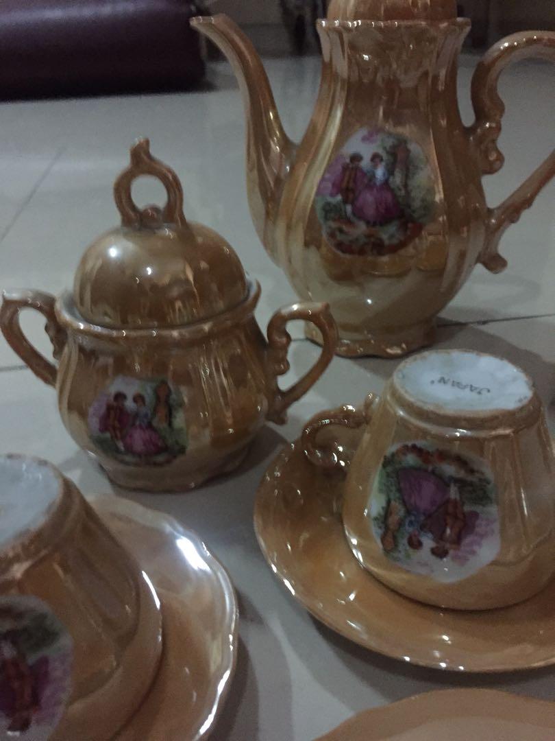 Tea set antik . satu set tempat teh keramik