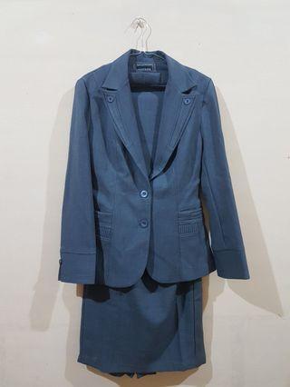 Satu set blazer & rok span abuabu