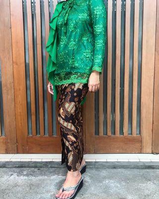 Kebaya Brokat Selendang + Rok Batik ( Bonus Hijab Organza )