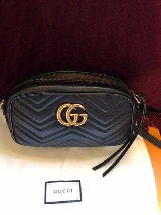Gucci GG Marmont  黑色車縫皮革雙G鏈帶斜背包