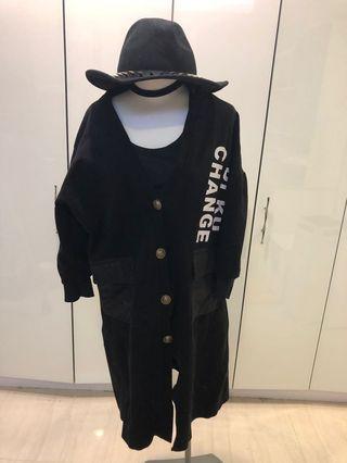 [不平凡小姐]拼接皮質口袋 英文字黑色長外套大衣