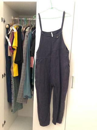 小巷裡的藍色棉麻吊帶長褲。側邊有一小破洞,不介意者下單