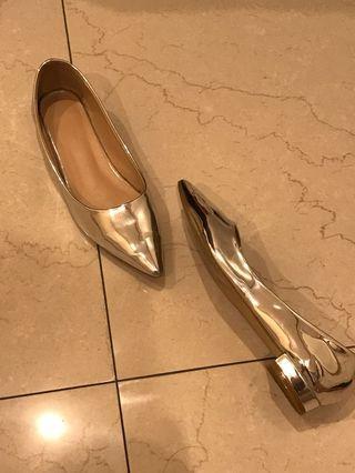 近全新銀色鏡面尖頭平底鞋