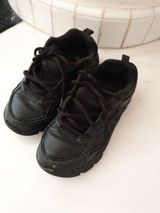 Sepatu sekolah anak. Warna : hitam . Merk : sketchers . Size : eur 28.5 / us 12 /18 cm
