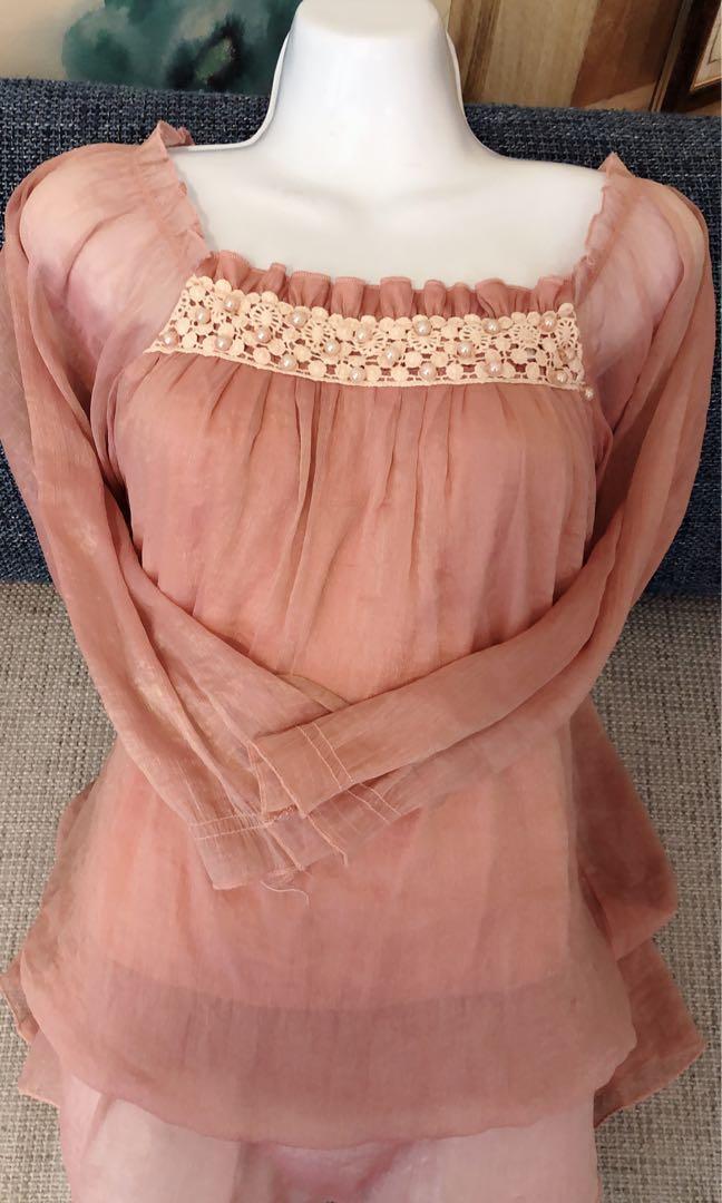 大尺碼❤️藕紅雪紡紗有內裡連身長版/抓皺領搭配珍珠點綴🥰雪紡紗設計~#五折清衣櫃