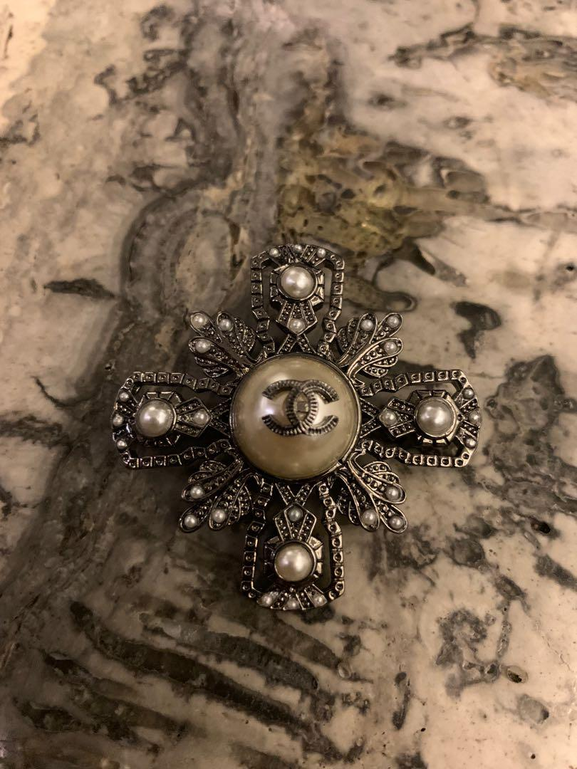 Black pearl brooch
