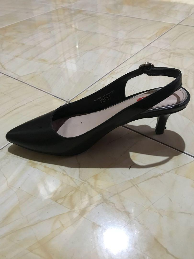 Sepatu pantofel hitam