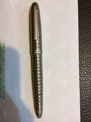 (今日低價促拍461含運可)ARTEX 心經鋼珠筆 (古銀)。擱置。九成新。未真正寫過。購入一支價格約2900。當初購入金、銀兩色兩支,只一支在使用。低價拍。出價前請先參看我的賣場交易付款方式,感謝!