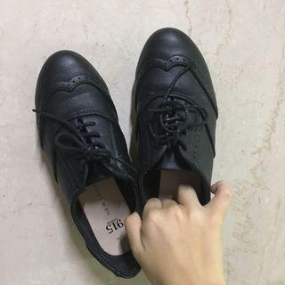 英倫風雕花黑色典雅皮鞋
