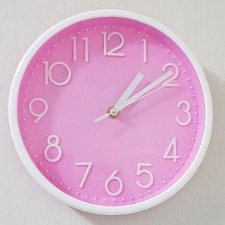 粉色圓形造型掛鐘,時間很準,特價2個359,顏色鮮豔,漂亮有趣,材質壓克力,直徑22公分