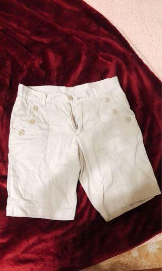 白色休閒短褲