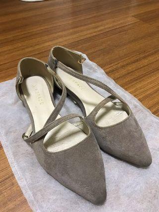 灰色交叉平底鞋
