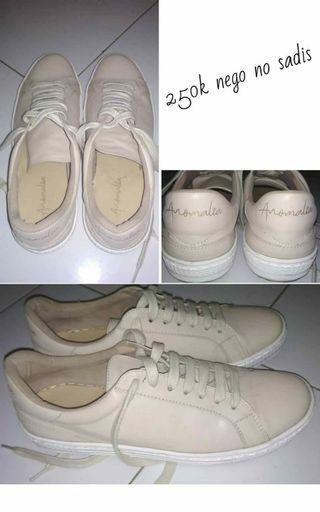 Sepatu Anomalia