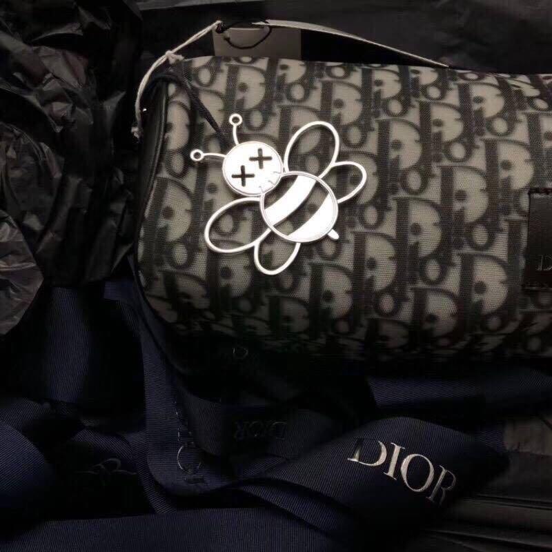 DIOR x KAWS 19ss VIP獨享蜜蜂吊飾 Kim Jones 蜜蜂掛飾 蜜蜂鐵片 鑰匙圈 裝飾 VIP禮