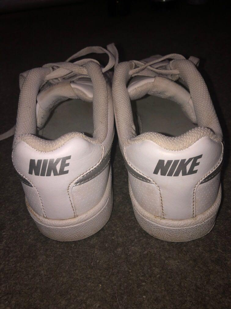 White nike shoes size 7