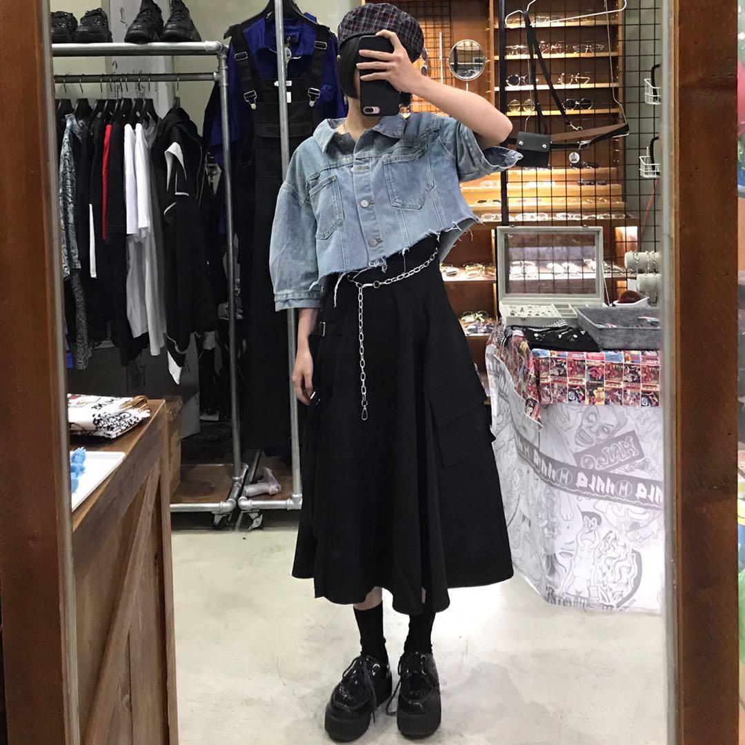 鐵鍊肩帶腰鍊造型連身褲/素色短版牛仔外套/側扣帶造型中長裙