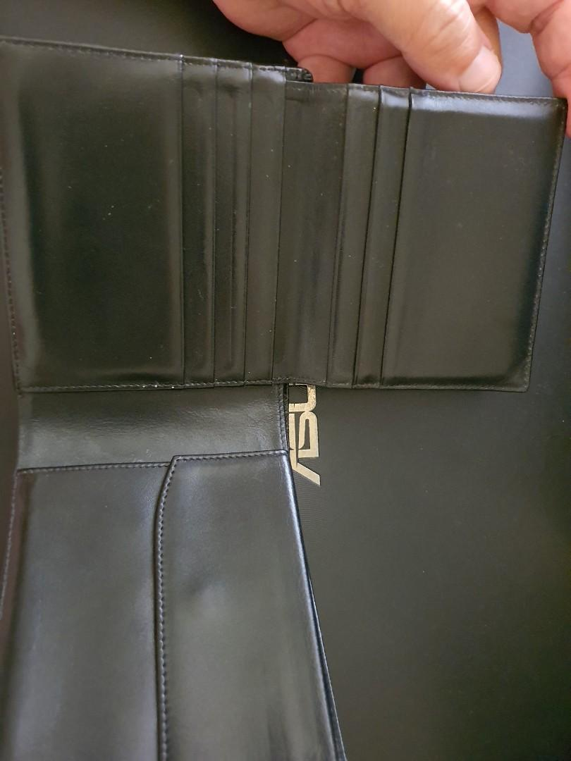 A simple Montblanc wallet to go