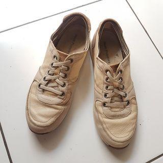 Preloved Sepatu Sneakers Hush Puppies Wanita size 39