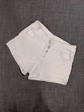 排扣白色短褲