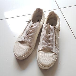 Preloved Sepatu / sneakers White size 39