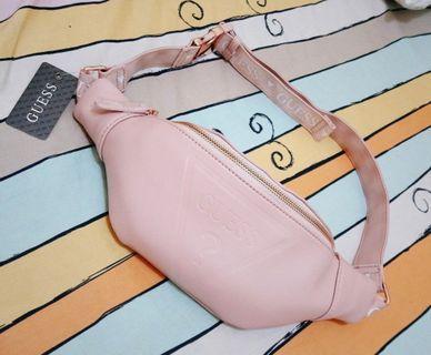 📢現貨2件週末9折🎏 正版 JP 日本帶回 GUESS 珠光 粉色 皮革 腰包 斜背包 側背包 小包 街頭 復古 潮流 歐美