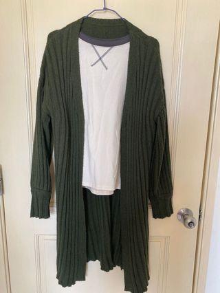 拼色上衣+墨綠長版針織外套