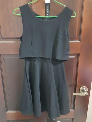 黑色洋裝,有點小性感