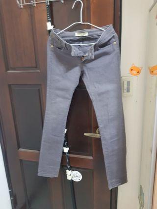 灰色牛仔褲