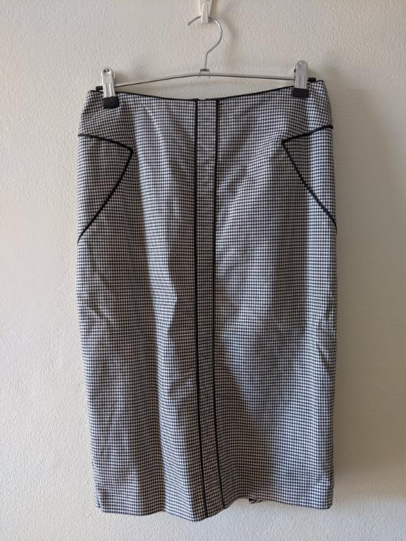 Cue houndstooth black and white pencil skirt with pleated detail on back, size 6