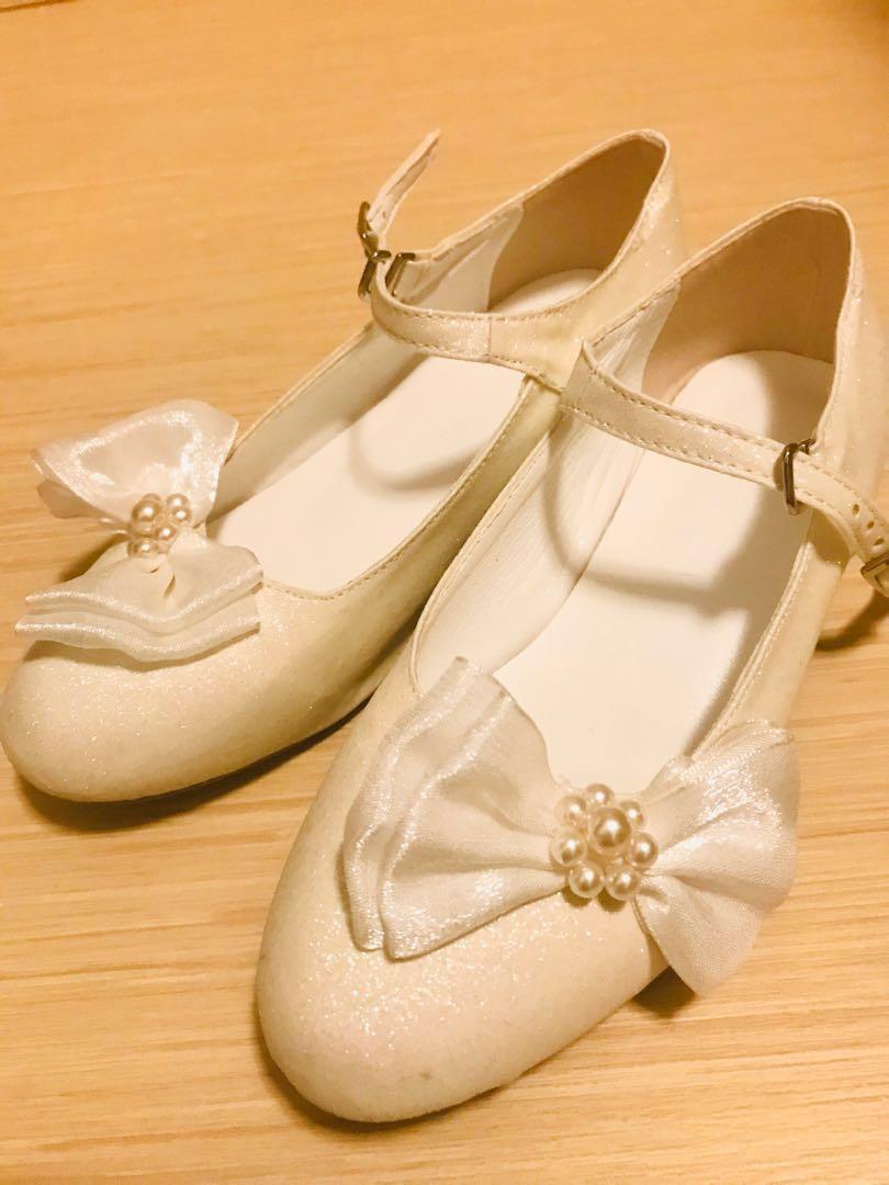 白色花女或飲宴鞋