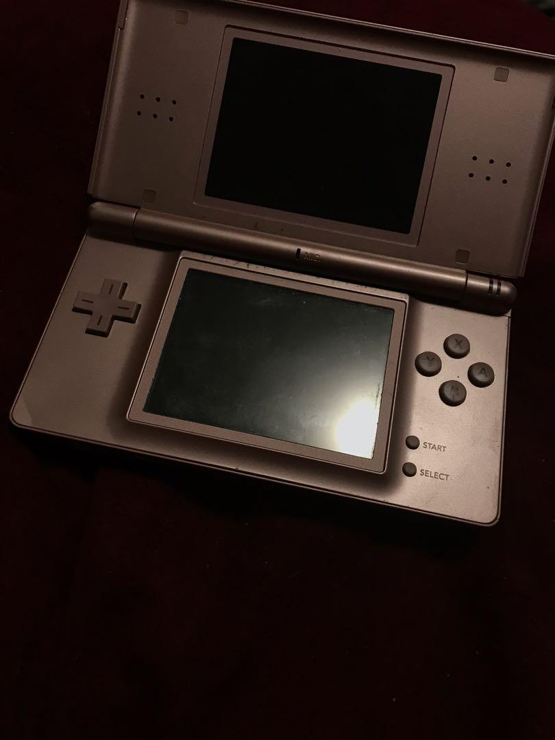 Nintendo DS lite (comes with chargers, case and games)