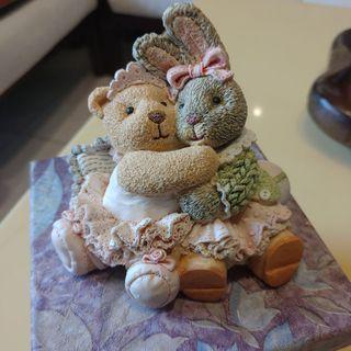 "FIGI 小雕像  穿芭蕾舞裙的泰迪熊與邦妮兔  ""我們喜歡擁抱"" Snuggle Buddies Honey & Bobbi-We Love Hugs"