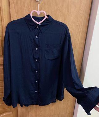 深藍色薄襯衫