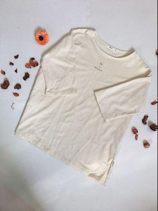 米白英文字母七分袖T恤