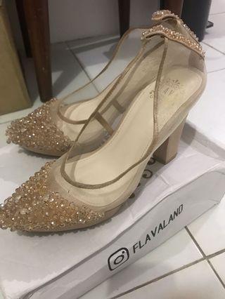 Sepatu pesta manik