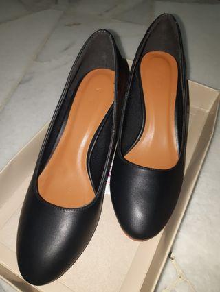 Preloved Vincci Black Court Shoes