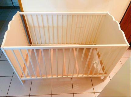 白色嬰兒床