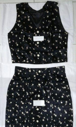 A) Waistcoat + long skirt puberty woman is black shine.