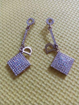 Anting inisial D