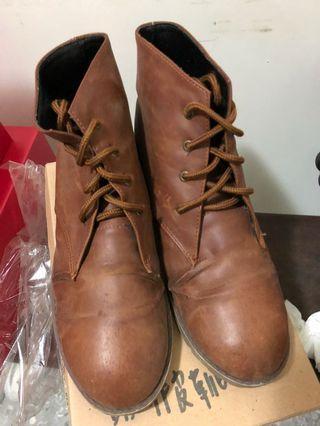 咖啡色靴子
