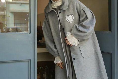 《冬季 新款》復古娃娃領毛呢刺繡愛心大衣