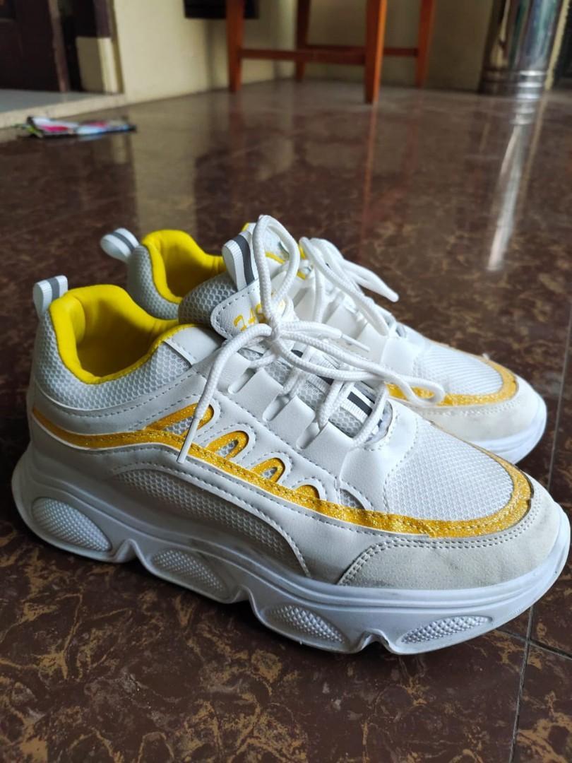 Sepatu Sneakers Putih Fashion