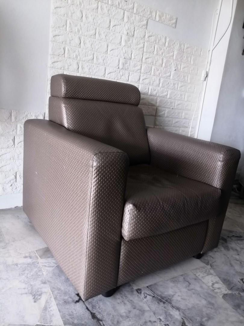 Sofa 1 seater with arm rest.