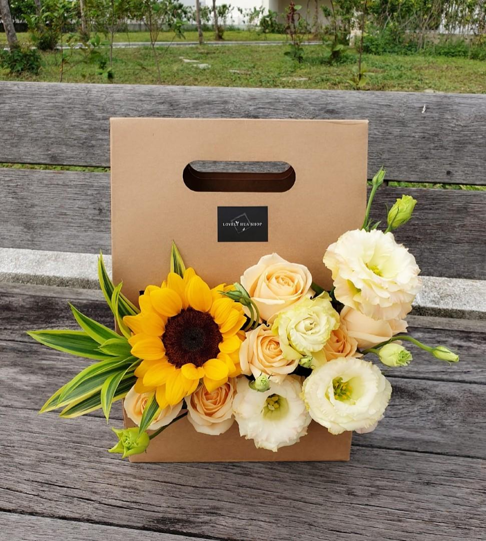 (FB07) Sumflower & Champagne Roses Floral Box