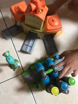 裝電池 按 有聲音chuggington玩具(停車場景 洗車場