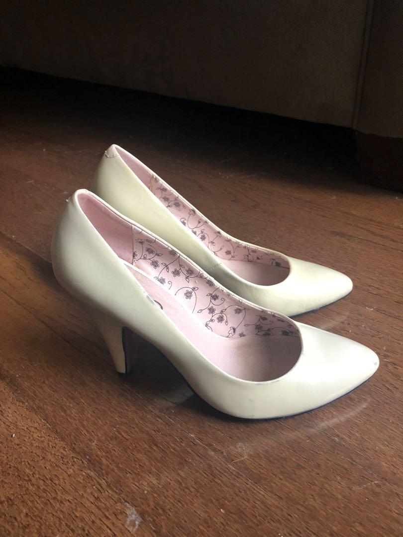 Size 6 off-white Aldo 2.75 inch high heels or pumps