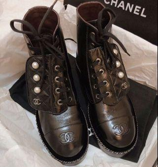 Chanel金鏈珍珠扣短靴
