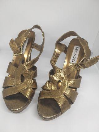 Gold Heels. Sepatu pesta emas.