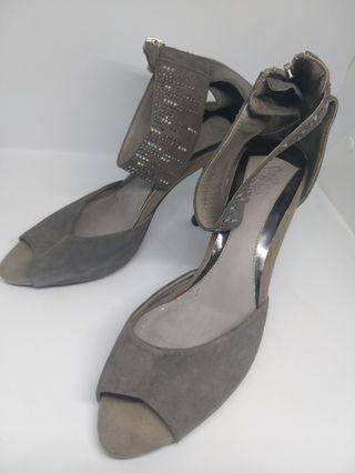 Heels. Sepatu pesta wanita abu2