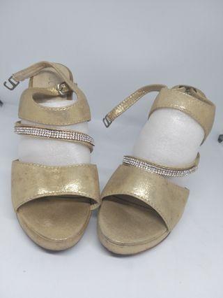 Heels. Sepatu pesta wanita gold.